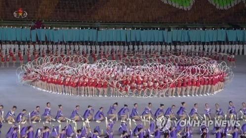 북한이 새로 선보인 집단체조 '인민의 나라' 공연 모습. /연합뉴스