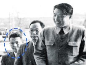 김원봉, 김일성과 함께 해방 이후 월북해 북한 정권 초대 내각에 참여한 김원봉(원 안)이 김일성(맨 오른쪽)과 회의장에 들어서고 있다.