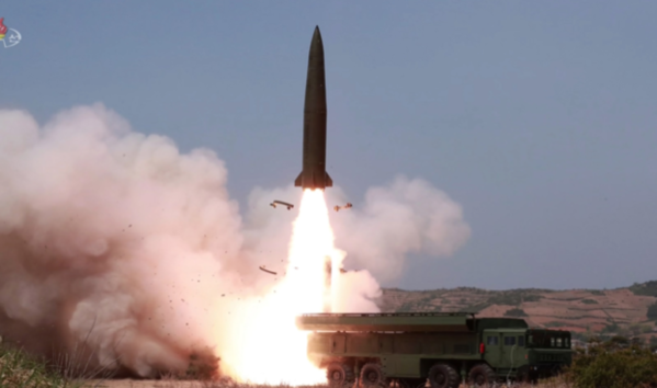 '북한판 이스칸데르' 미사일로 추정되는 미사일이 날아가는 모습. 북한 조선중앙TV는 2019년 5월 5일 전날 동해 해상에서 김정은 국무위원장 참관 하에 진행된 화력타격 훈련 사진을 방영했다. /조선중앙TV·연합뉴스