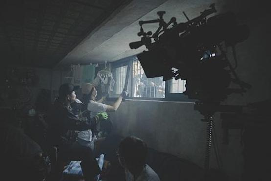 '기생충'에서 기택의 반지하집. 빈자의 집, 부자의 집 모두 세트를 짓고 촬영했다.