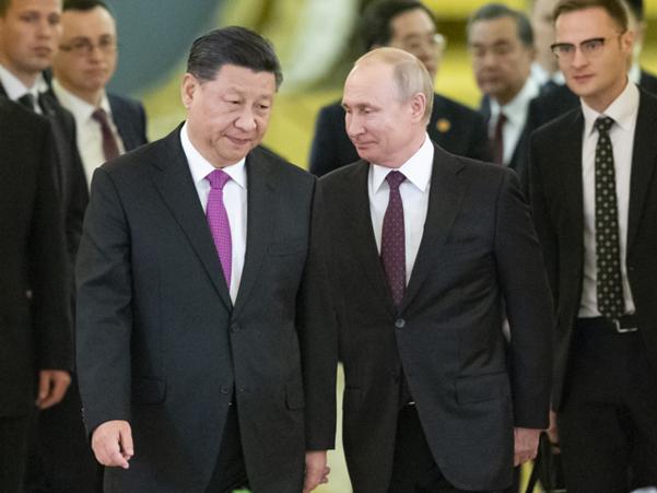 러시아를 국빈방문 중인 시진핑(왼쪽) 중국 국가주석과 블라디미르 푸틴 러시아 대통령이 2019년 6월 5일 모스크바 크렘린궁에 마련된 정상회담장으로 나란히 들어가고 있다. /AP 연합뉴스