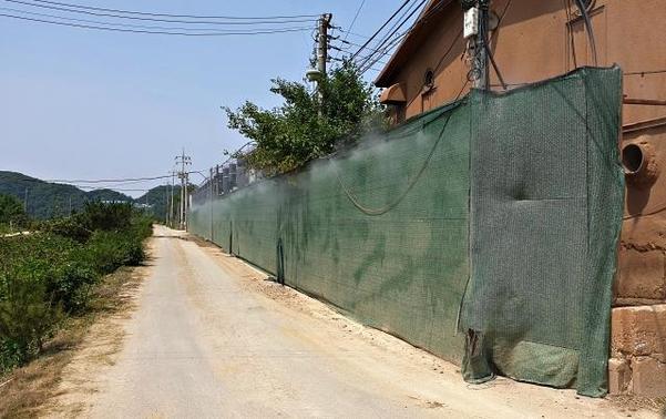 최근 파평면 양돈단지는 멧돼지 접근을 막기 위해 2m 높이의 벽을 세웠다. /김우영 기자
