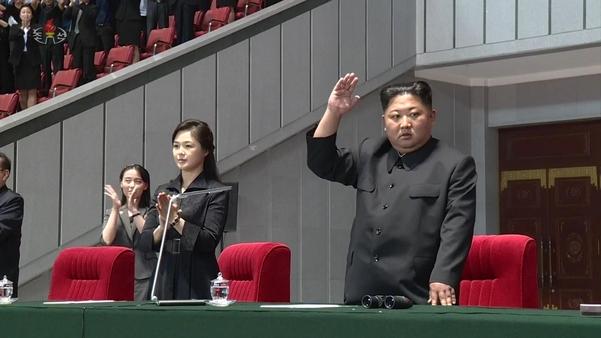 김정은 북한 국무위원장이 부인 리설주 여사와 함께 지난 3일 평양 5·1경기장에서 열린 대집단체조 '인민의 나라' 개막공연을 관람했다고 조선중앙TV가 4일 보도했다. /연합뉴스