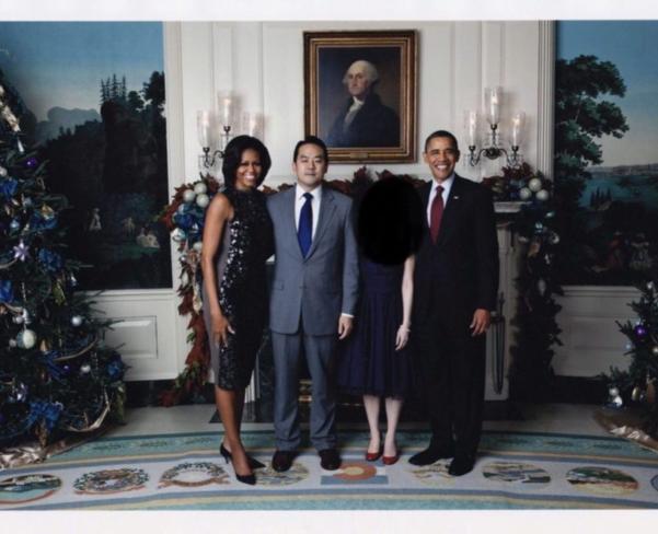 자유조선의 리더로 알려진 에이드리언 홍(왼쪽에서 두번째)이 버락 오바마 부부와 백악관에서 사진을 찍고 있다. 당시 홍은 활발한 인권 운동을 인정받아 백악관의 초청을 받은 것으로 알려졌다./자유조선에게 자유를 웹사이트 캡쳐