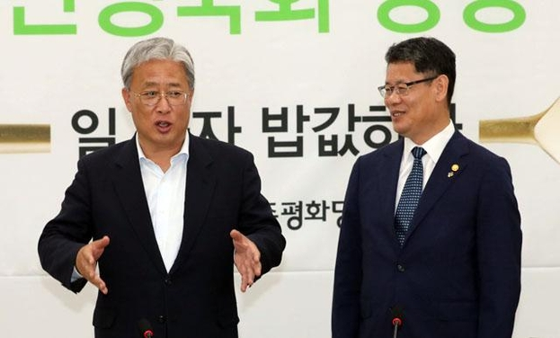 민주평화당 유성엽(왼쪽) 원내대표가 10일 오후 국회에서 김연철 통일부장관의 예방을 받고 이야기하고 있다. /연합뉴스