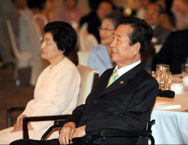 2009년 6월 11일 오후 서울 여의도 63빌딩에서 열린 6.15 남북공동선언 9주년 기념식에서 김대중 전 대통령 내외 등 참석자들이 당시 특별수행원이었던 연세대 문정인 교수의 강연을 경청하고 있다./주완중 기자