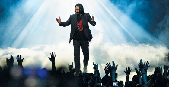 할리우드 배우 키아누 리브스가 9일(현지 시각) 미국 로스앤젤레스 마이크로소프트(MS) 극장에서 열린 게임 전시회 'E3 2019' 사전 행사에서 자신이 게임 캐릭터로 출연하는 MS의 X박스 게임기용 게임 '사이버펑크 2077'을 소개하고 있다.