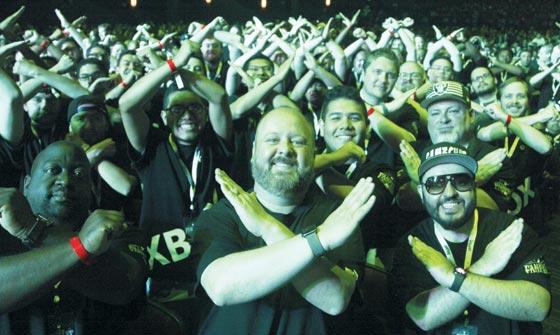 9일(현지 시각) 미국 로스앤젤레스 마이크로소프트(MS) 극장에서 열린 세계 최대 게임 전시회 'E3 2019'사전 행사에서 MS의 콘솔 게임기 'XBOX' 티셔츠를 입은 관람객이 양팔로 'X(엑스)'자를 그리고 있다.