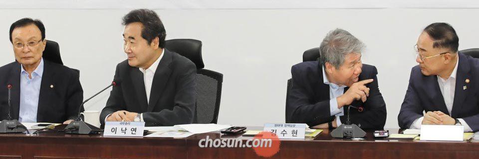 10일 오전 국회에서 열린 고위 확대 당정(黨政)협의회에서 청와대와 정부·여당 관계자가 얘기를 나누고 있다.