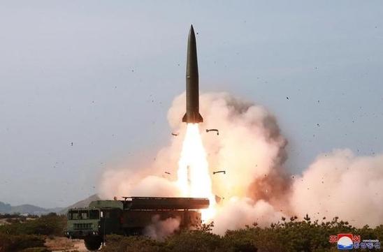 2019년 5월 4일 김정은 북한 국무위원장이 참관한 가운데 동해상에서 진행된 북한의 대구경 장거리 방사포와 전술유도무기 화력타격훈련. 조선중앙통신이 5월 5일 보도했다. /연합뉴스