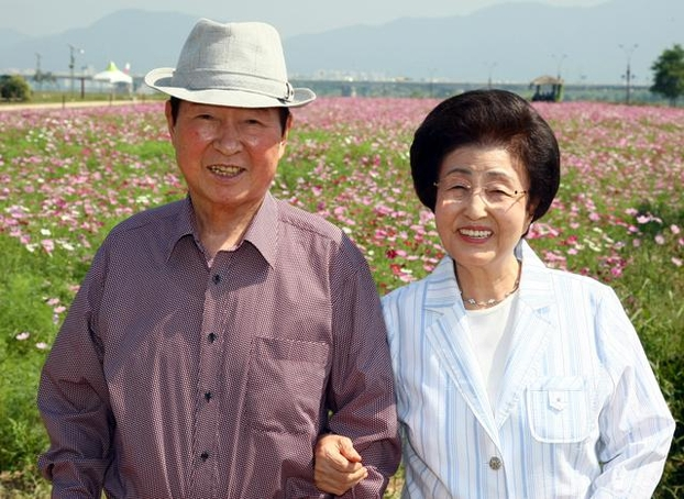 2008년 9월 18일 경기도 구리 한강 둔치에 만개한 코스모스 단지를 둘러본 뒤 기념 촬영을 한 김대중 전 대통령과 이희호 여사. /연합뉴스