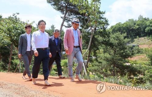 당진 삼선산수목원에 황톳길이 조성됐다. /연합뉴스