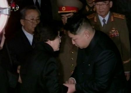 2011년 12월 26일 김대중 전 대통령의 부인 이희호 여사(왼쪽에서 두 번째)가 평양 금수산기념궁전을 찾아 김정일 국방위원장을 조문한 뒤 후계자인 김정은에게 조의를 표하고 있다. /조선중앙TV