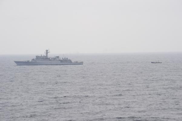 합동참모본부는 11일 오후 1시 15분께 해군 함정이 동해 해상에서 기관고장으로 표류 중이던 북한어선 1척(6명 탑승)을 구조해 북측에 인계했다고 밝혔다. 사진의 오른쪽이 해군에 구조된 북한어선./합동참모본부