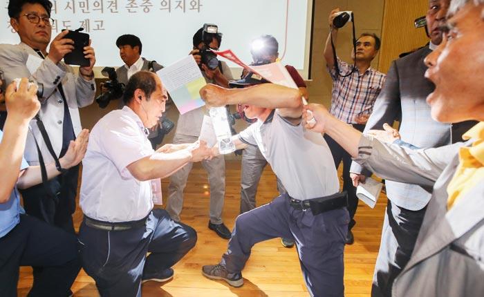 11일 충남 공주시 고마센터에서 열린 '금강수계 보 처리 관련 시민대토론회'에서 공주보 철거를 찬성하는 시민과 반대하는 시민이 몸싸움을 벌이고 있다.