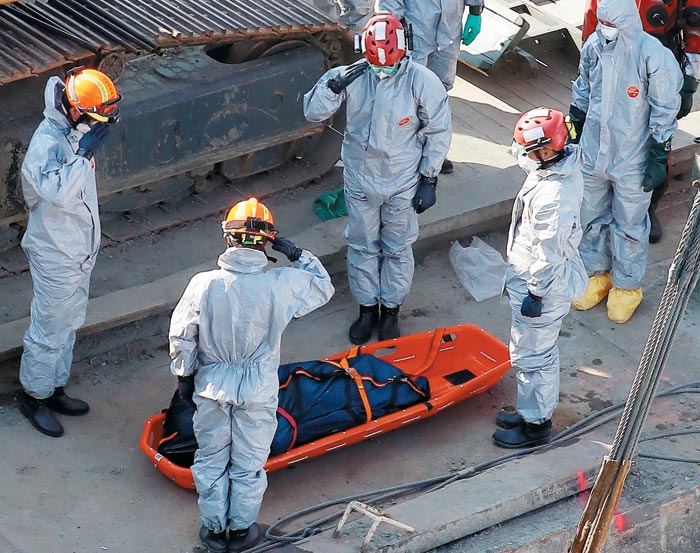 11일 오전(현지 시각) 헝가리 부다페스트 다뉴브강에서 수습된 허블레아니호 실종자 시신을 향해 한국 신속대응팀과 헝가리 관계자가 경례하고 있다.