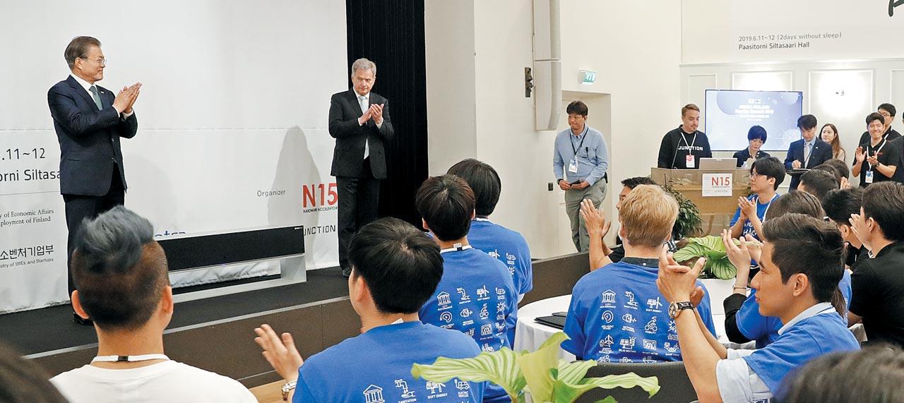 핀란드를 국빈 방문 중인 문재인(단상 왼쪽) 대통령이 11일 헬싱키에서 열린 '한·핀란드 스타트업 서밋'에 참석해 아이디어 경진대회 참가자들에게 박수를 보내며 격려하고 있다.