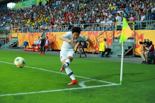 12일 오전(한국 시각) 폴란드 루블린 경기장에서 열린 2019 국제축구연맹(FIFA) 20세 이하(U-20) 월드컵 4강전 한국과 에콰도르의 경기에서 코너킥을 올리는 이강인. /연합뉴스