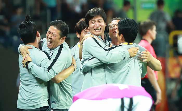 폴란드 루블린 경기장에서 열린 2019 국제축구연맹(FIFA) 20세 이하(U-20) 월드컵 4강전 한국과 에콰도르의 경기가 1-0 한국의 승리로 끝나며 결승 진출이 확정된 뒤 U-20 대표팀 정정용 감독, 인창수 코치 등 코칭스태프들이 포옹하며 승리를 기뻐하고 있다. 루블린[폴란드]=연합뉴스