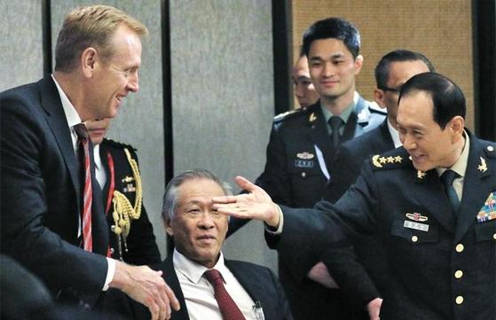 패트릭 섀너핸(왼쪽) 미국 국방장관 대행이 지난 1일 싱가포르 샹그릴라호텔에서 열린 아시아안보회의 라운드테이블에서 웨이펑허(오른쪽) 중국 국방부장(장관)과 만나 인사하고 있다. 전날 양자 회담도 가진 두 장관은 2일까지 이어진 회의 기간 내내 무역 전쟁과 남중국해 문제 등을 놓고 충돌했다. /EPA 연합뉴스