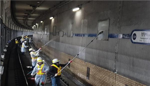 미세먼지를 줄이기 위해 직원들이 지하철 역사 대청소를 하고 있다./서울시 제공