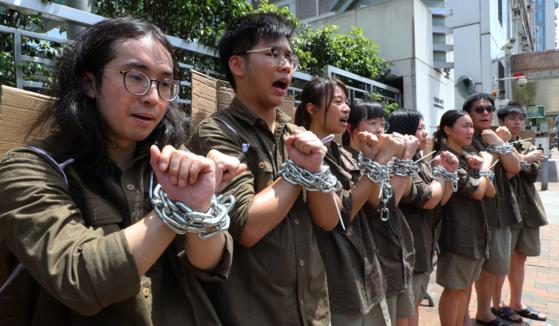 홍콩 학생들이 정부가 추진 중인 '범죄인 인도 법안'에 대한 반대 시위에 참여해 퍼포먼스를 하고 있다. /SCMP