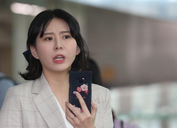 배우 윤지오씨가 지난 4월 24일 오후 캐나다로 출국하기 위해 인천공항으로 들어서고 있다. /연합뉴스