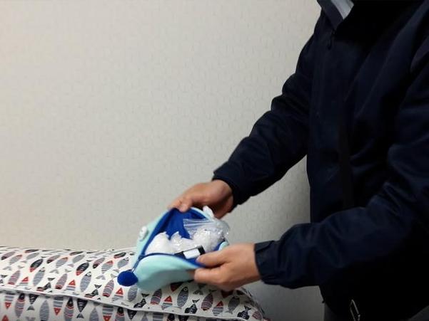 마약 국내 판매 총책 이씨의 집에서 경찰이 베개 속에 숨겨져있던 마약을 찾았다. /서울 서부경찰서 제공