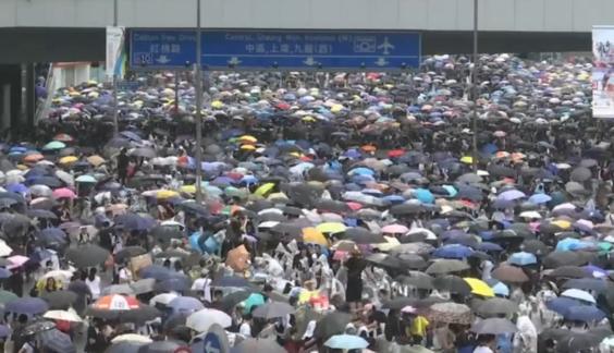 홍콩 입법회(국회)가 '범죄인 인도 법안' 심의를 진행하기로 한 2019월 6월 12일 시민들이 정부청사 인근 도로를 점거한 채 반대 시위를 벌이고 있다. /SCMP