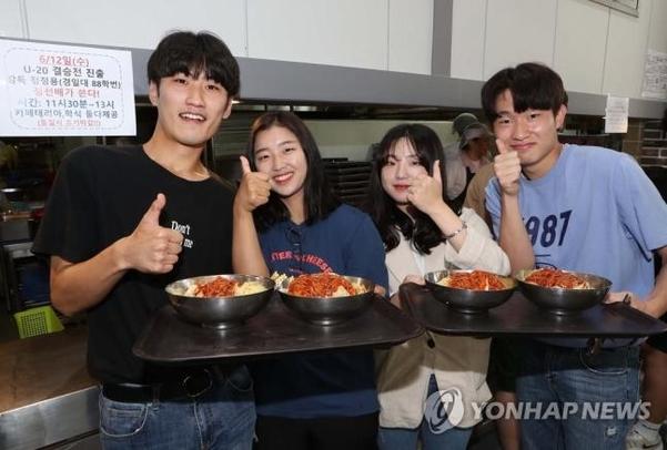 정정용 감독의 선전을 기원하는 경일대 학생들. /연합뉴스
