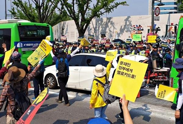 12일 오후 광화문광장 앞에서 행진하던 전교조 교사들이 전국학부모단체연합 회원들과 설전을 벌이고 있다. /김우영 기자