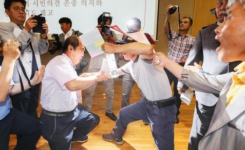 11일 '금강수계 공주보 처리 관련 시민대토론회'에서 벌어진 몸싸움. /연합뉴스
