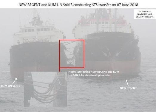 미국 국무부 국제안보비확산국(ISN)은 2018년 10월 26일 북한 선박들의 유류 화물 불법 환적 사진 9장을 공개했다. 사진은 같은 해 6월 7일 북한 유조선 금운산3호(왼쪽)가 파나마 선적 뉴리젠트호에서 유류를 옮겨 싣는 모습. 두 선박 사이에 호스가 연결돼 있는 것으로 보인다. /뉴시스