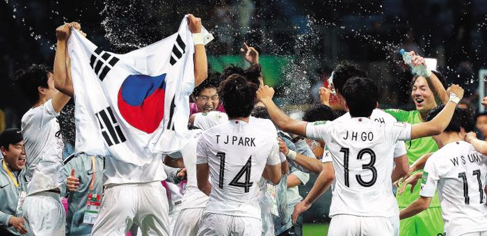 한국 선수들이 12일 U-20 월드컵 4강전에서 에콰도르를 1대0으로 이기고 나서 서로 물을 뿌리며 기쁨을 나누고 있다. 이들은 '정신력'과 '투혼'으로 부족한 기량을 만회하던 선배들과 다르다. 선진 축구의 흐름에 발맞추며 누구와 싸우더라도 경기를 즐긴다.