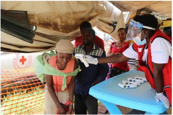 세계보건기구(WHO) 대응팀이 우간다와 콩고민주공화국의 국경에서 에볼라 검역을 진행하고 있다. /WHO