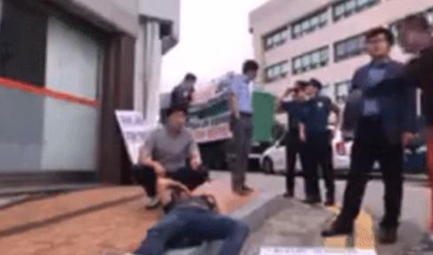 폭행 당해 쓰러진 시위하던 사람을 삿대질 하는 가해자(오른쪽). /온라인 커뮤니티 캡쳐
