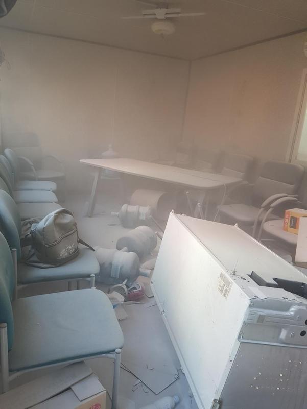 현대중 노조가 지난 12일 오후 집기 등을 파손한 울산 현대중공업 해양공장 H도크 휴게실 내부 모습. 교육장 의자, 냉장고, 책상 등이 파손됐고, 노조원들이 뿌린 소화기 분말이 뒤덮여 있다./현대중공업