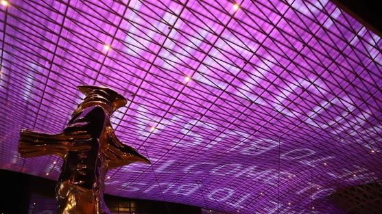 14일 부산 해운대구 센텀시티 안 영화의전당, 대형 지붕에 'BTS와 팬모임인 아미'를 환영한다는 문구와 상징색인 보라빛이 표출되고 있다.