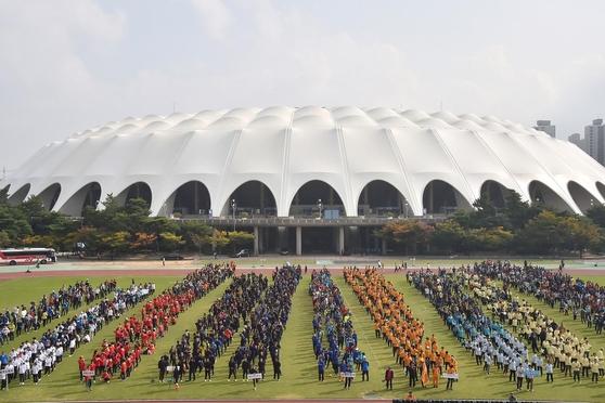15~16일 BTS 팬미팅-공연이 열리는 부산아시아드 보조경기장 모습. 하얀 돔처럼 보이는 건물은 아시아드 주경기장이고 잔디밭 위해 사람들이 줄지어 서 있는 곳이 보조경기장이다.