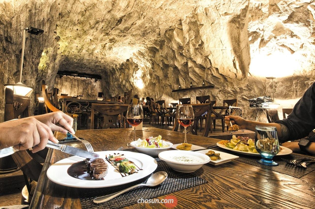 문경 동굴 카페 '까브'에선 오미자 등심 스테이크와 오미자 와인을 맛볼 수 있다. 문경 특산품인 오미자로 만들었다.