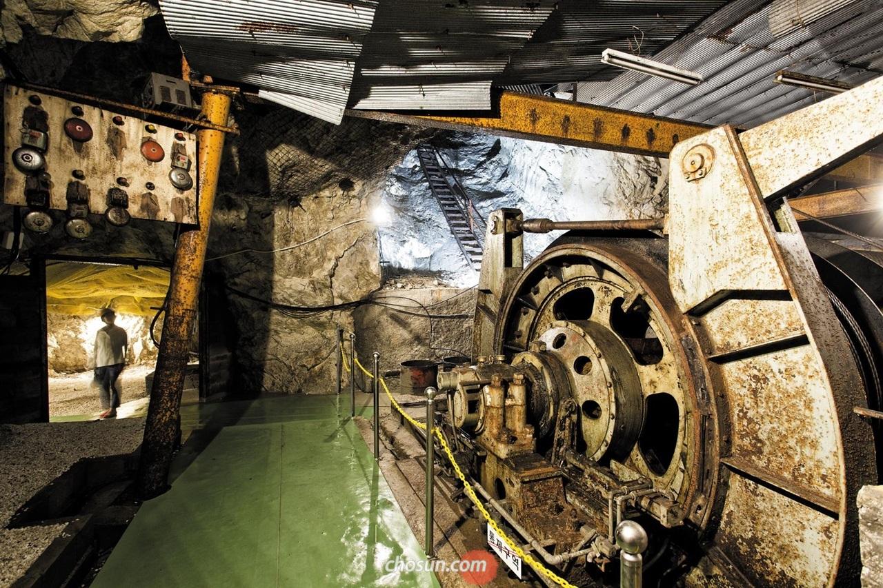 충주 활옥동굴 내부에 실제 사용한 권양기가 남아 있다. 활옥과 활석을 채취하던 동굴 내부에선 생산 시설을 직접 보고 체험할 수 있다.