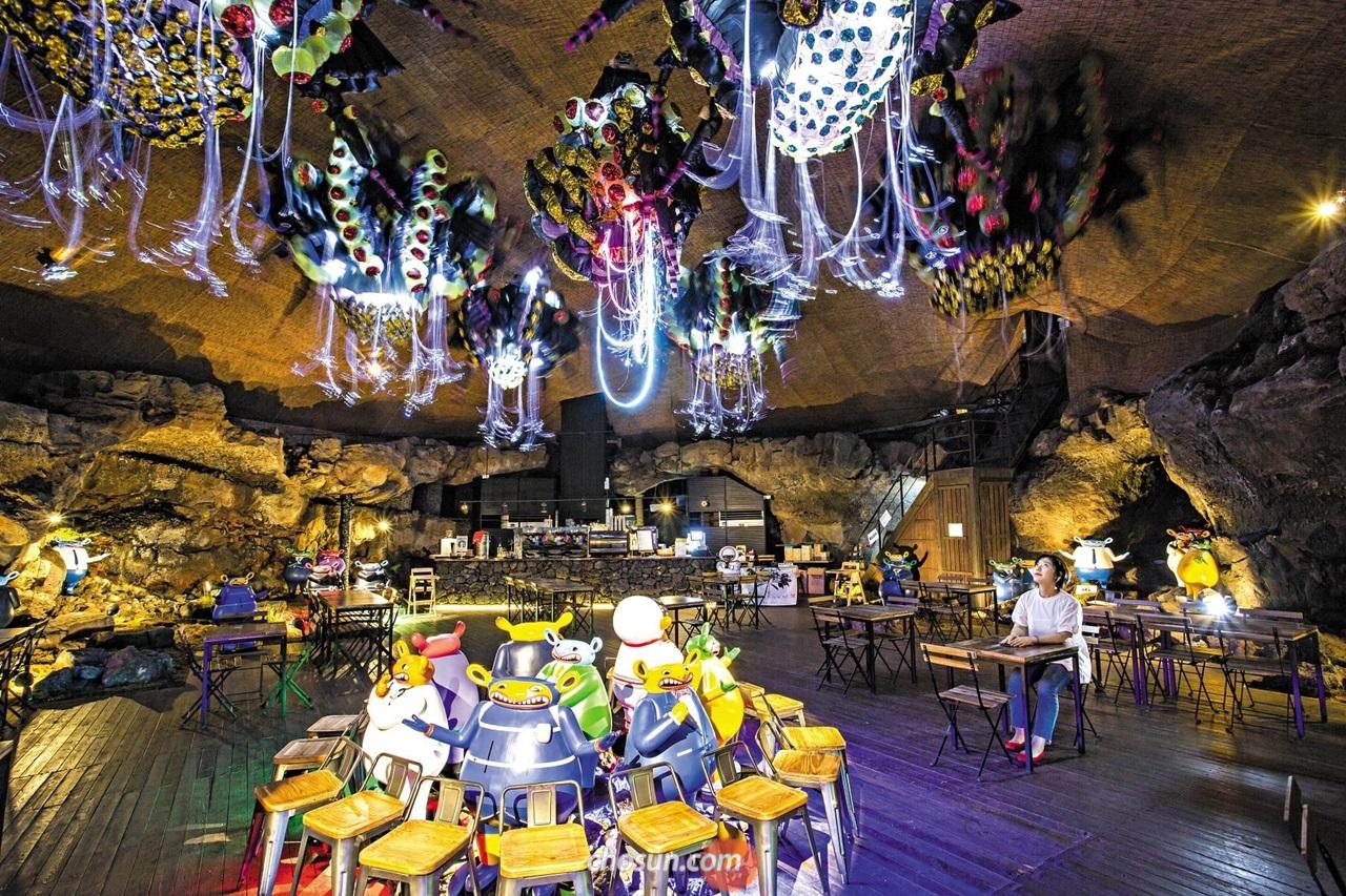 빛 축제의 전시장이 된 제주 라이트아트페스타의 동굴 카페.