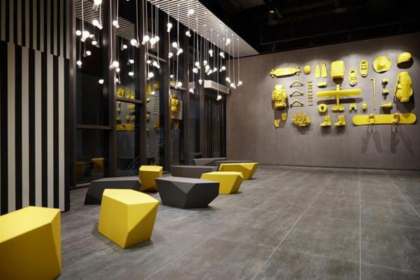 정구호가 디자인한 롯데호텔 L7. 검정과 노랑색, 덩어리 형태의 몇 개의 가구로 공간을 말끔하게 정리했다.