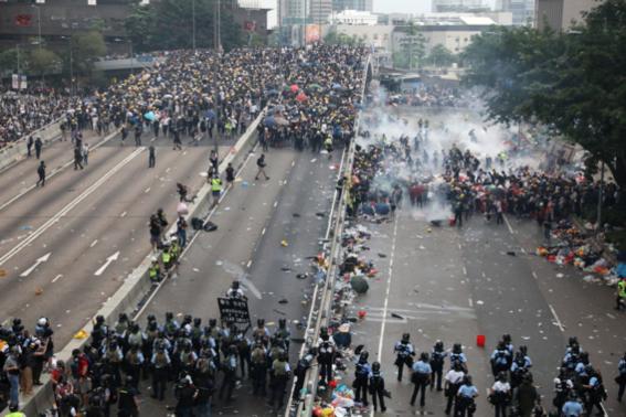 ▲ 2019년 6월 12일 홍콩에서 '범죄인 인도 법안' 심의에 반대하는 시위대와 경찰이 대치하고 있다. /SCMP