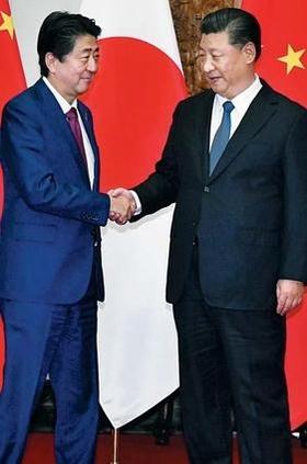 아베 신조(왼쪽) 일본 총리와 시진핑 중국 국가주석이 2018년 10월 26일 정상회담 전 베이징 국빈관에서 악수하고 있다. /교도 연합뉴스