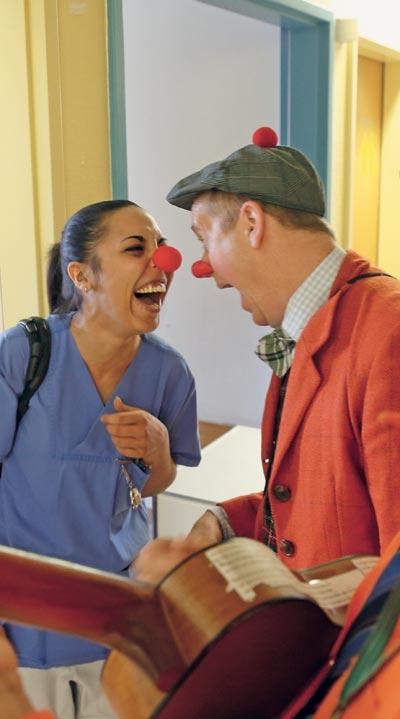 독일 한 병원에서 어릿광대 차림을 한 직원들이 병실에 들어가 환자들에게 웃음을 안길 준비를 하고 있다.
