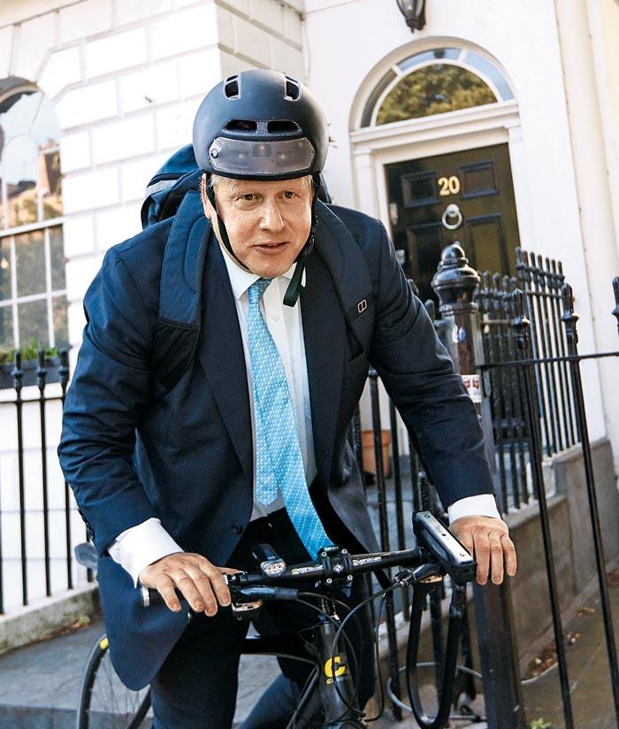 지난 2016년 브렉시트 국민투표를 이틀 앞둔 날 헬멧을 쓴 채 자전거를 탄 보리스 존슨.