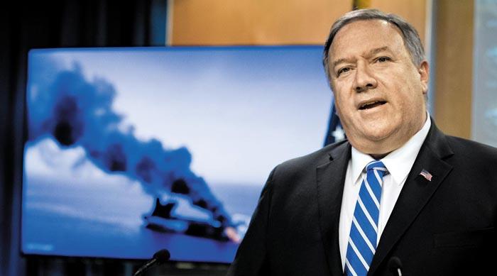 마이크 폼페이오 미 국무장관이 13일(현지 시각) 국무부 청사에서 검은 연기가 피어오르는 유조선 화면을 배경으로 브리핑하고 있다.
