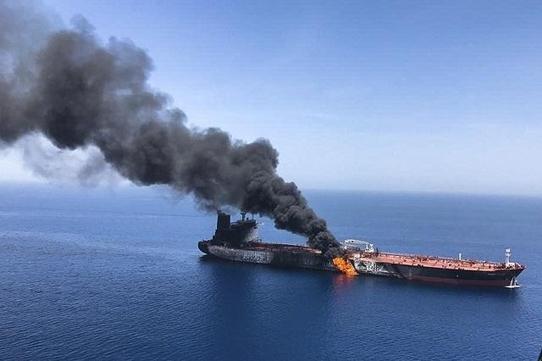 2019년 6월 13일 호르무즈 해협 인근 오만해에서 유조선 2척이 피격돼 불타고 있다. /연합뉴스