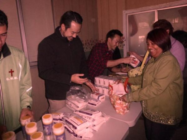 자유조선의 리더로 알려진 에이드리언 홍(왼쪽에서 두번째, 검은옷)과 조직원 크리스토퍼 안(왼쪽에서 세번째)이 구호 봉사활동을 하고 있다./자유조선에게 자유를 웹사이트 캡처